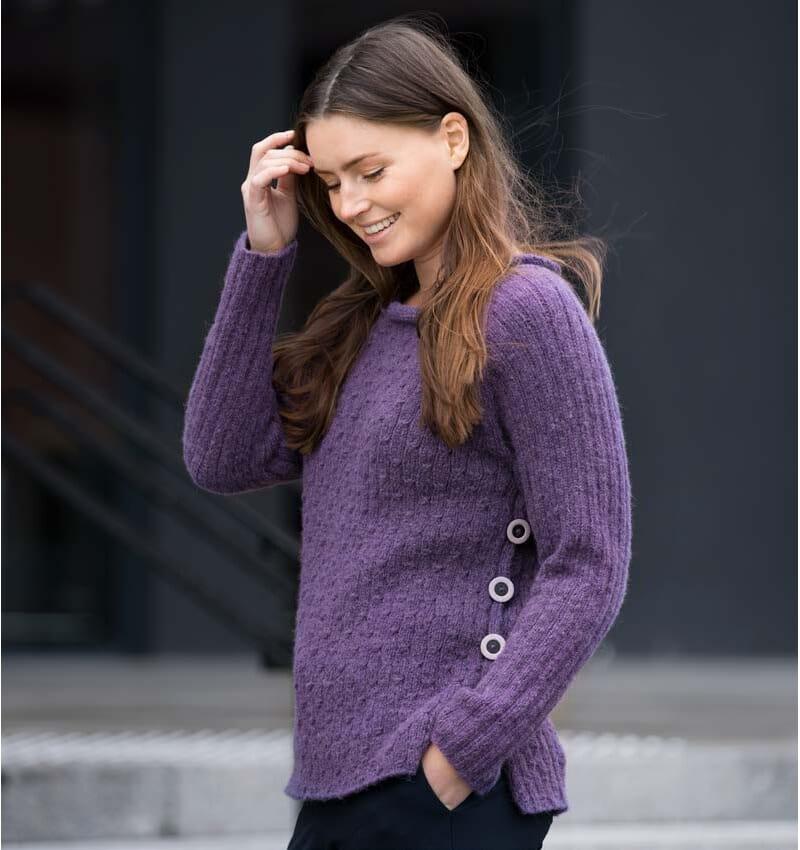78a710eb Strikket genser med knapper i sidene - Strikkegarn og ...